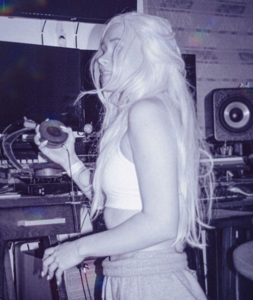 esthy_in_the_studio